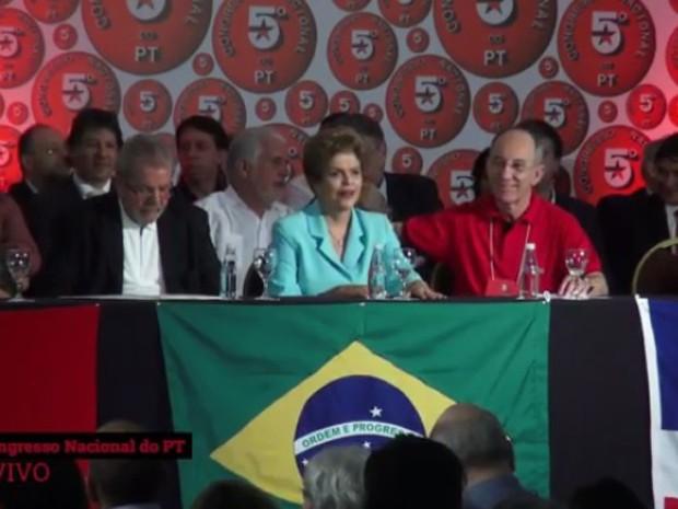 A presidente Dilma Rousseff, entre o ex-presidente Lula e o presidente do PT, Rui Falcão, durante o encontro do PT (Foto: Reprodução/Agência PT de Notícias)
