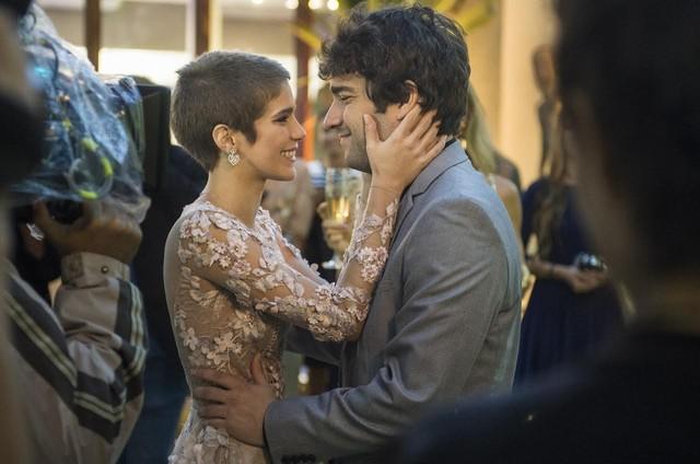 Isabella Santoni e Humberto Carrão em cena de 'A lei de amor' (Foto: Maurício Fidalgo/TV Globo)