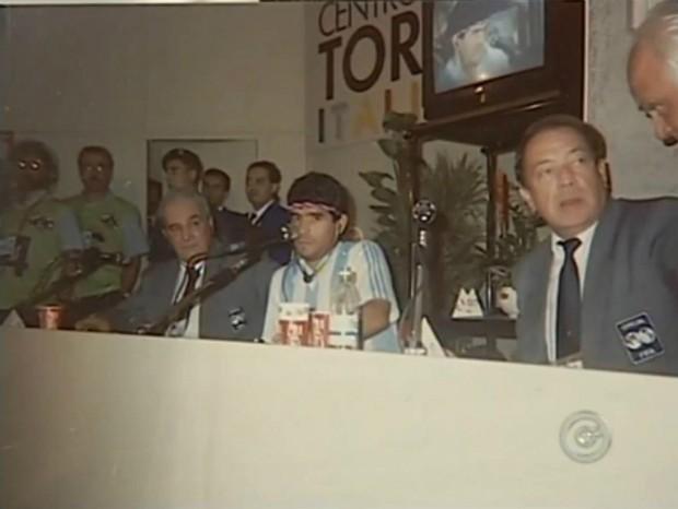 Maradona durante entrevista coletiva na Copa do Mundo de 1990 (Foto: Reprodução/ TV TEM)