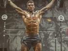 Lucas Lucco posa durante o treino e exibe corpo supermusculoso
