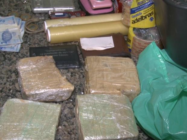 A pasta base de cocaína e todos os objetos apreendidos foram levados para delegacia. (Foto: Rogério Aderbal/G1)