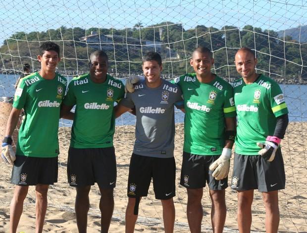 Goleiros da Seleção Brasileira de futebol de areia após treinos no ES (Foto: Pauta Livre)