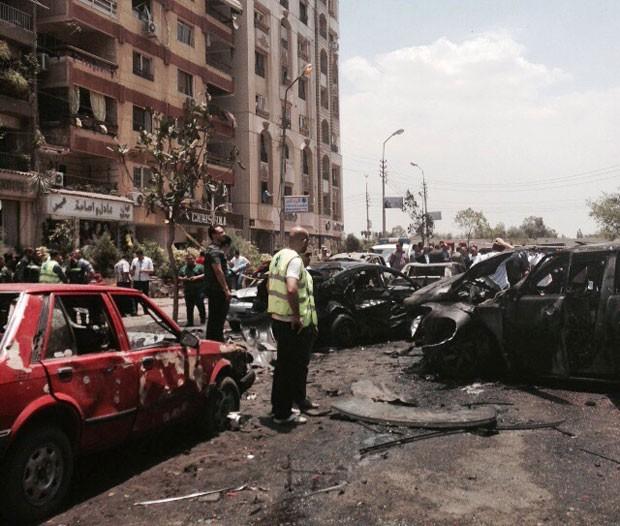 Equipes de emergência inspecionam local de explosão que atingiu o comboio do procurador-geral do Egito nesta segunda-feira (29) no Cairo (Foto: Ahmed Hatem/AP)