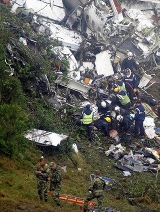 Chapecoense resgate acidente (Foto: Reuters)