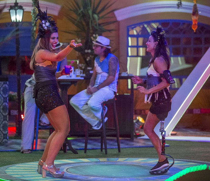 Enquanto isso, Vivian e Marinalva caíram na pista de dança (Foto: Artur Meninea/Gshow)