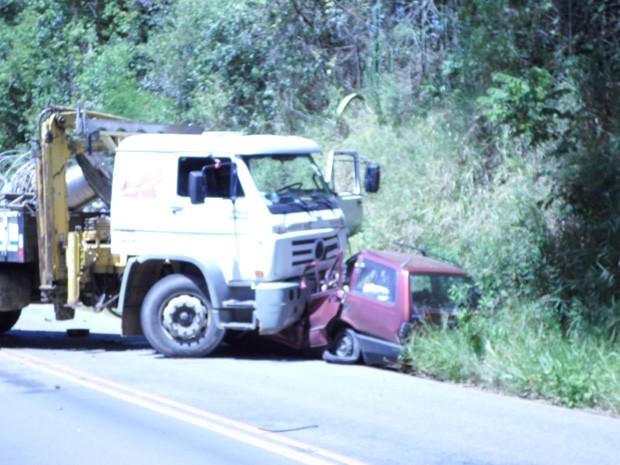 Carro bateu em caminhão na Rodovia MG-295, em Brazópolis (Foto: Saulo José da Silva)