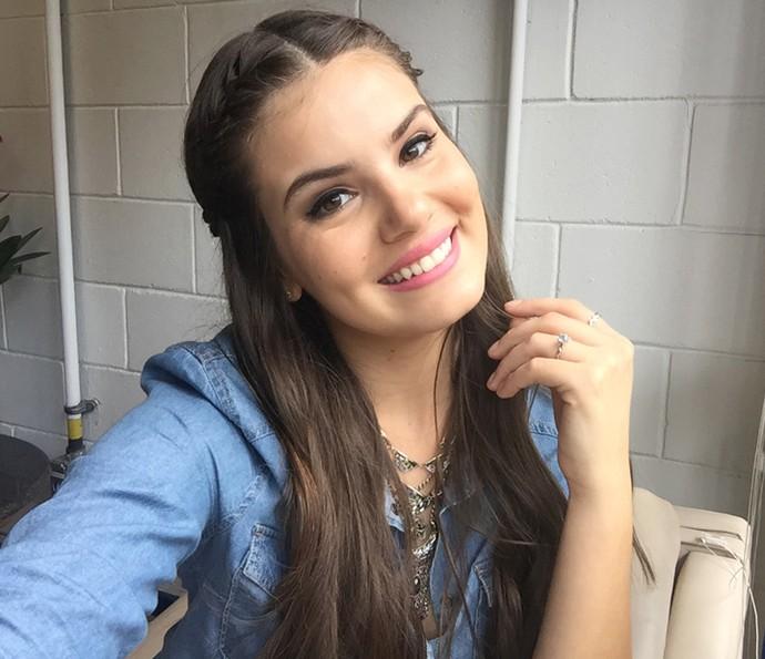 Camila Queiroz tira selfie nos bastidores do Encontro (Foto: Gshow)