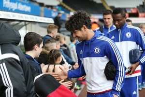 Pato cumprimenta torcedor na chegada do Chelsea em Swansea (Foto: Reuters / Matthew Childs)