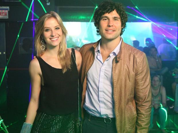 Dudu Azevedo e Bárbara posam nos intervalos das gravações (Foto: Carol Caminha/Gshow)