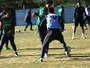 Dourado, Anderson e Valdívia participam de treino com os reservas