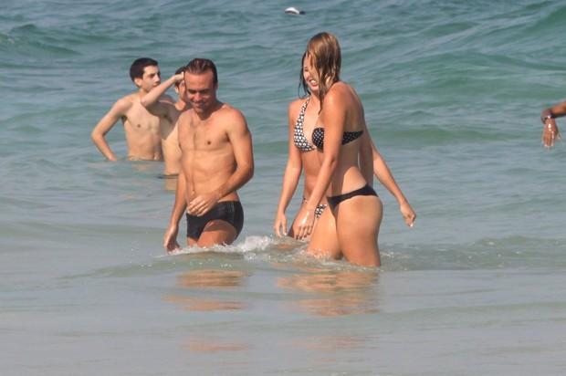 Roger Flores, ex de Deborah Secco, com nova namorada na praia (Foto: Marcos Ferreira / FotoRioNews)