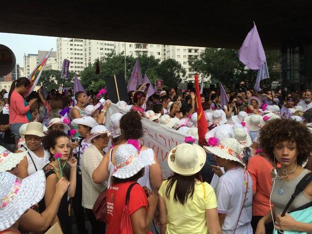 """Coral canta """"A banda"""", de Chico Buarque, antes do ato sair (Foto: Livia Machado/G1)"""