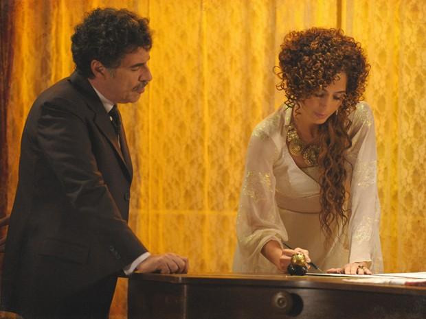 Isabel assina a compra do Teatro Alheira (Foto: Lado a Lado/TV Globo)