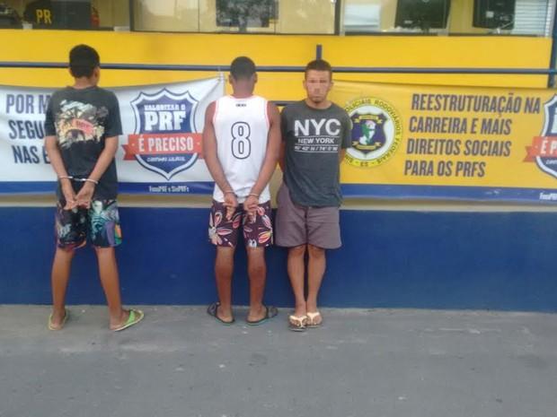 Trio suspeito de assaltar ônibus são presos pela PRF, no Espírito Santo (Foto: Divulgação/ PRF)