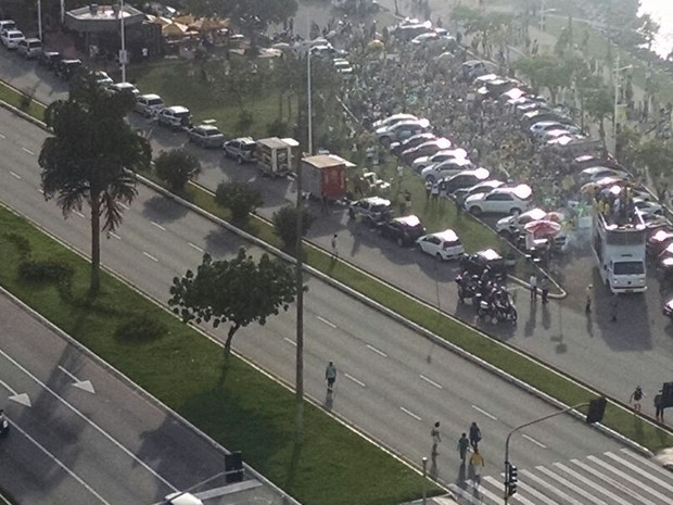 Manifestantes em Florianópolis fizeram ato na Avenida Beira-mar Norte (Foto: Ricardo Von Dorff/RBS TV)