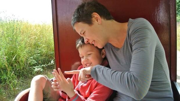 Louisa e seu filho Frank passaram por tratamento inovador de autismo  (Foto: Arquivo pessoal/BBC)