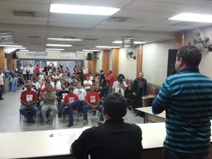 Sindicalistas e funcionários da GM discutem situação na empresa (Foto: Suellen Fernandes/G1)