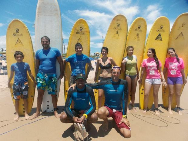 Alunos e instrutores do SUP em Salvador (Foto: Denise Paixão/G1)