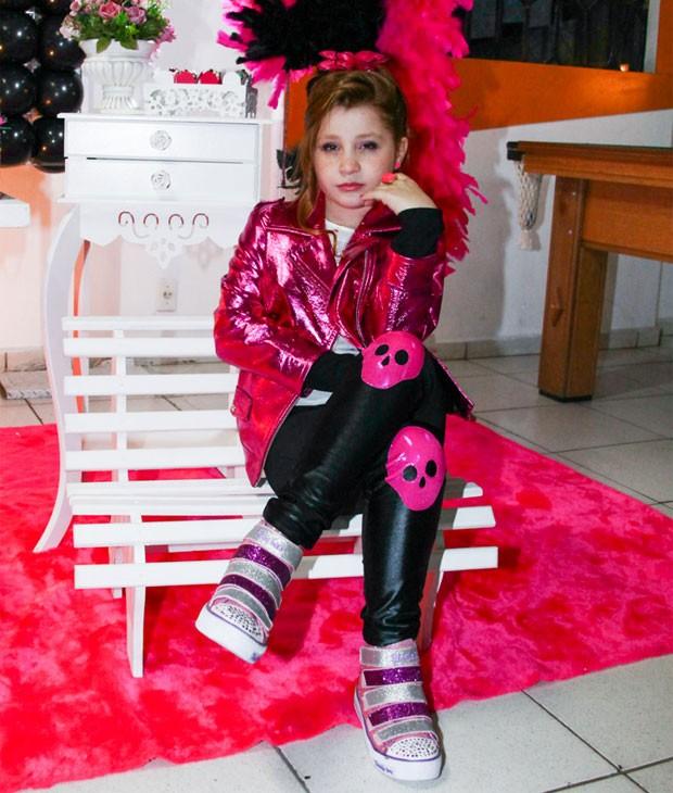 Estilosa, Giulia usou roupa com caveirinhas (Foto: Manuela Scarpa/Foto Rio News)