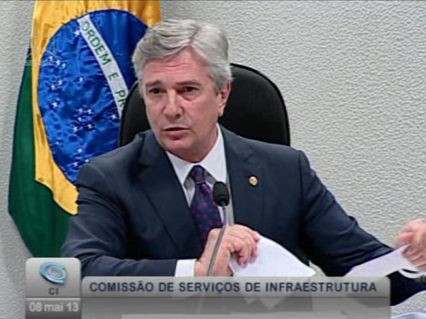 O senador Fernando Collor rasga documento durante sessão da Comissão de Infraestrutura do Senado (Foto: Reprodução /  TV Senado)