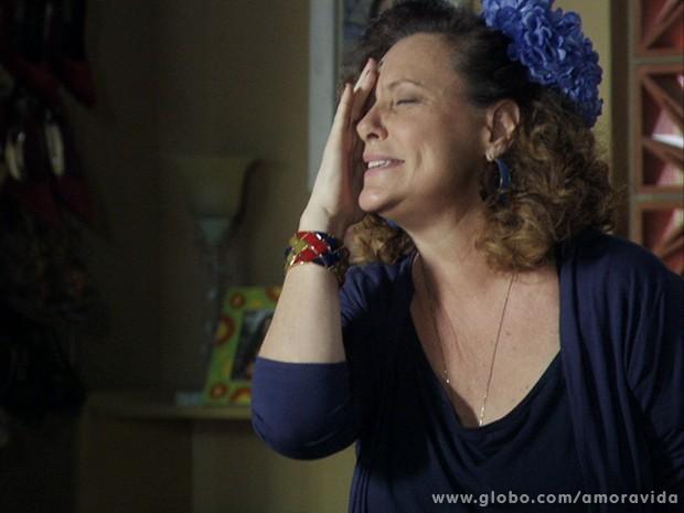 A ex-chacrete quase não se aguenta de tanta felicidade! (Foto: Amor à Vida / TV Globo)