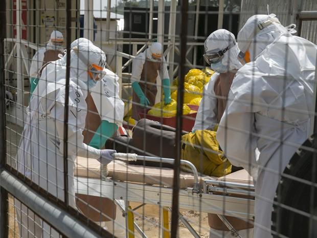 Profissionais britânicos transferem um paciente com ebola em Freetown, na Libéria, em foto de 22 de dezembro (Foto: Reuters/Baz Ratner)