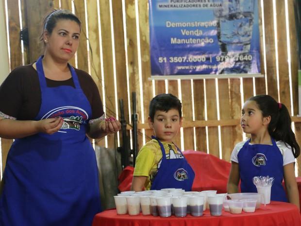 Paula serve os doces com auxílio dos pequenos Miguel e Rafa (Foto: Letícia Costa/G1)