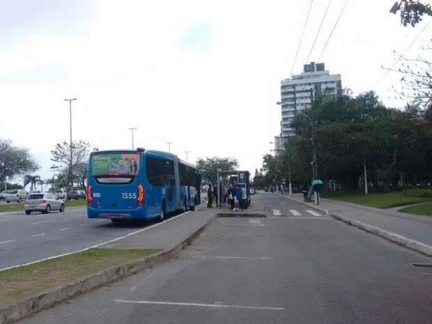 Primeiro ônibus passou pela avenida Beira-mar por volta das 7h desta quinta (Foto: Gabriela Machado/RBS TV)