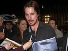 Christian Bale aparece com o braço imobilizado em sessão de 'Batman'