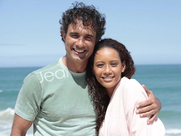 Ao final da gravação, a dupla posa para a foto (Foto: Cheias de Charme/TV Globo)