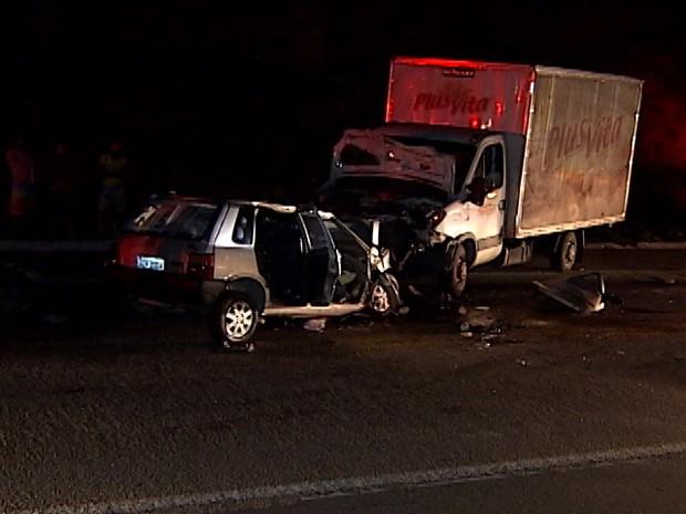 Motorista teria perdido o controle do carro e batido de frente. (Foto: Reprodução/Inter TV dos Vales)