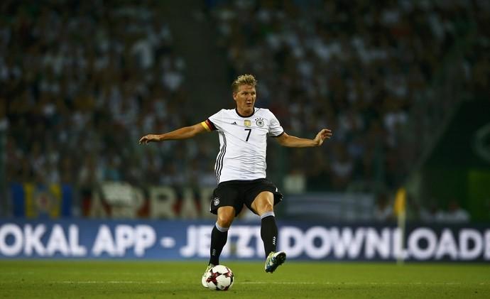 Schweinsteiger ficou em campo até os 21 minutos do segundo tempo. Não fez muito em campo, mas foi ovacionado pela torcida na saída (Foto: Reuters )