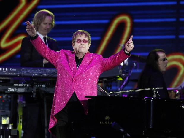 Elton John fez um dos últimos shows da noite. (Foto: Joel Ryan/AP)