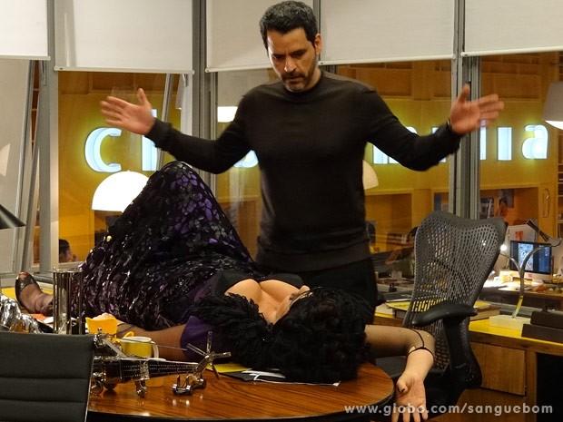 A diva se joga na mesa do publicitário e diz que está louca para engravidar (Foto: Sangue Bom / TV Globo)
