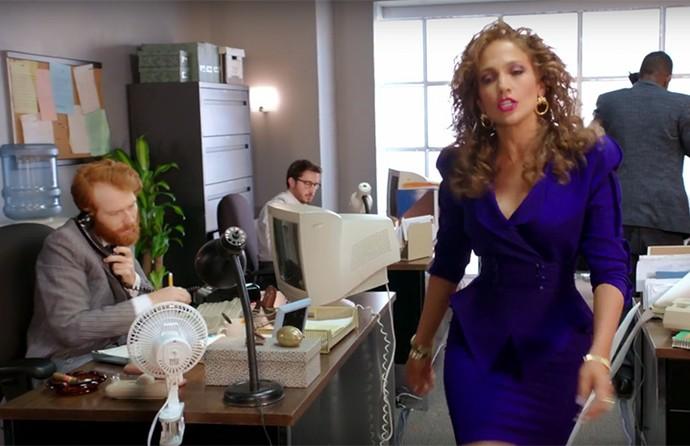 Aqui J. Lo aparece como uma executiva dos anos 80, que ainda era rebaixada pelos colegas de trabalho (Foto: Reprodução)
