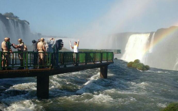 A chama olímpica também posou para fotos nas passarelas que leva às Cataratas do Iguaçu (Foto: Francielle Lopes / RPC)
