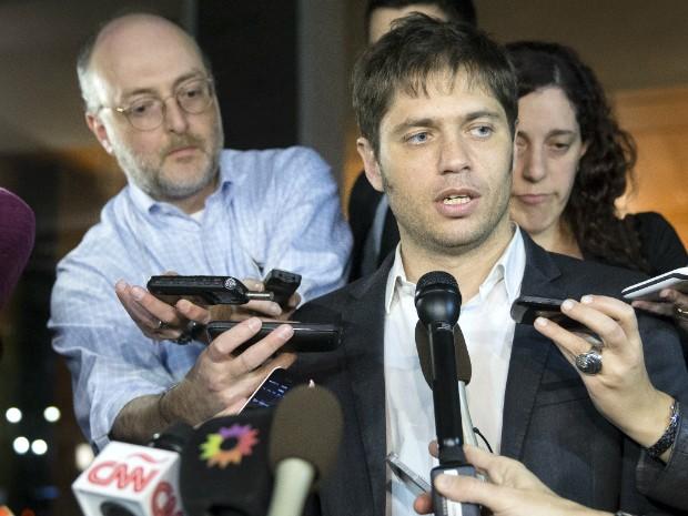Ministro da Economia da Argentina atende a imprensa após deixar encontro em Nova York, onde a dívida do país está sendo negociada (Foto: John Minchillo/AP Photo)
