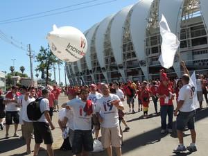 Militantes do Inove Inter tentam conseguir votos para eleição do Conselho (Foto: Tomás Hammes / GloboEsporte.com)