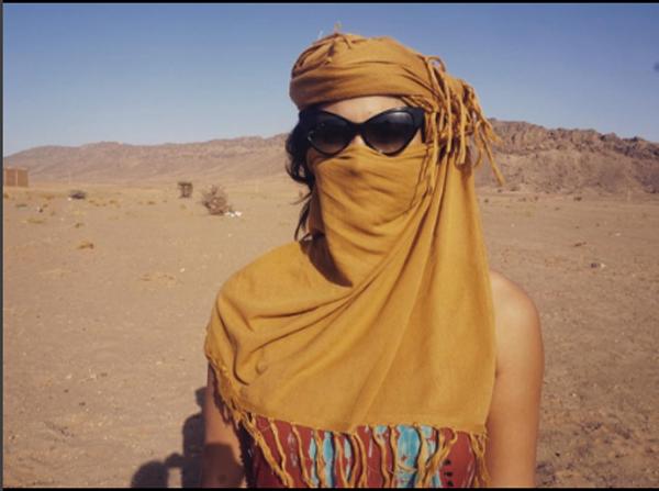 Giulia Costa à caráter no deserto do Saara (Foto: Reprodução Instagram)
