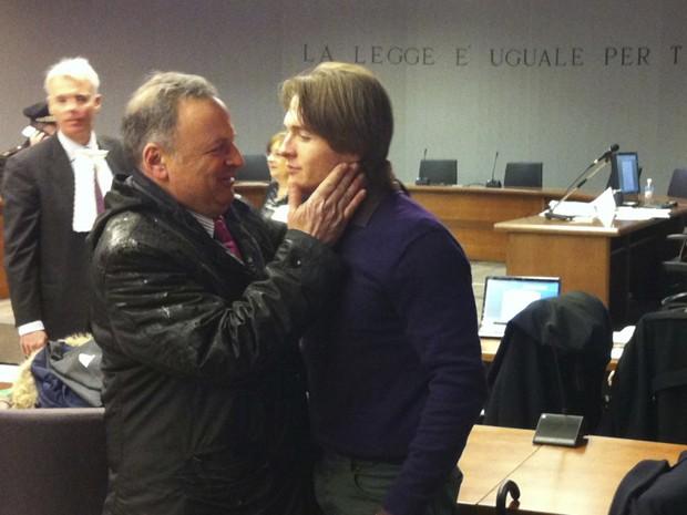 Raffaele Sollecito e seu advogado Luca Maori aguardam veredicto em Florença, na Itália, nesta quinta-feira (30) (Foto: AP/Fabrizio Giovannozzi)