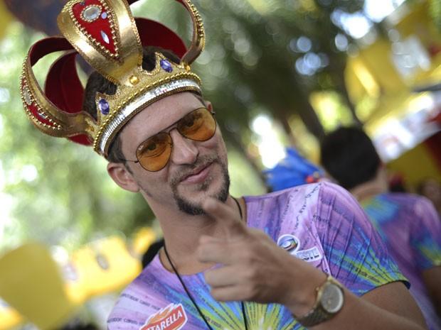 O ex-BBB 13 Aslan Cabral chegou por volta das 10h30 no camarote da Globo no Galo da Madrugada. O pernambucano e tomou emprestada a coroa do Galo, majestade do carnaval, para compor o visual. Ele disse que ainda está digerindo a experiência do BBB e torce  (Foto: Luka Santos/G1)