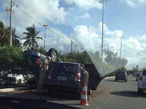 Veículo capotou e invadiu a pista contrária da Av. Beira Mar em Aracaju (SE) (Foto: Reprodução/Aracaju Como Eu Vejo)
