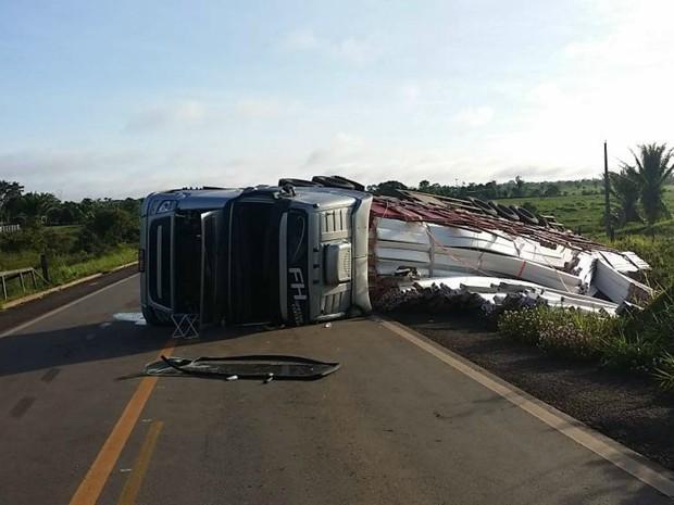 Veículo saía da cidade de Acrelândia quando tombou na rodovia (Foto: Divulgação PRF/AC)