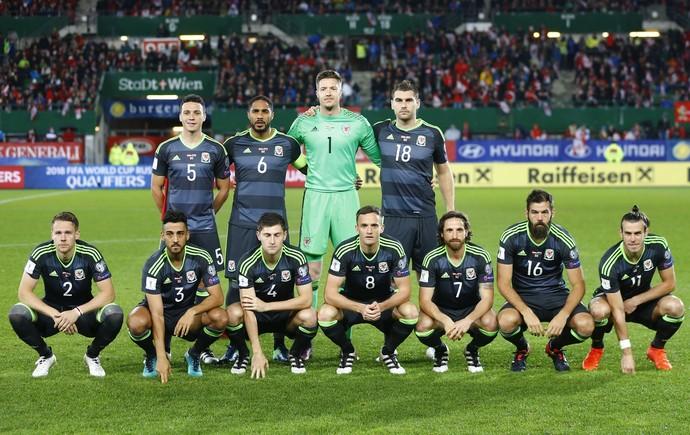 Bale e time do País de Gales perfilados de modo diferente do usual antes do duelo com a Áustria (Foto: Reuters)