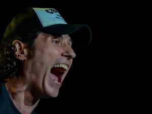 Dinho Ouro Preto, vocalista do Capital Inicial, anima a multidão diante do Palco Mundo (Foto: Flavio Moraes/G1)