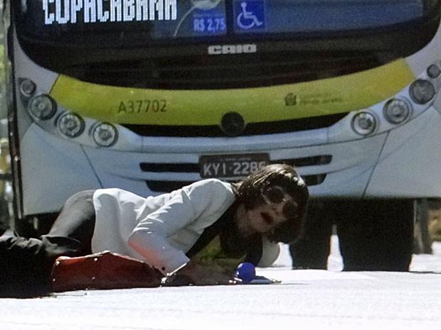 Melissa quase é atropelada por um ônibus (Foto: Amor Eterno Amor/TV Globo)