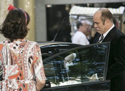 Francesca se desentende com Rodrigo na feira