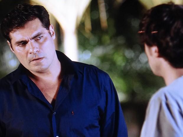 Marcos ameaça Caíque se descobrir alguma relação dele com o fim do noivado (Foto: TV Globo)