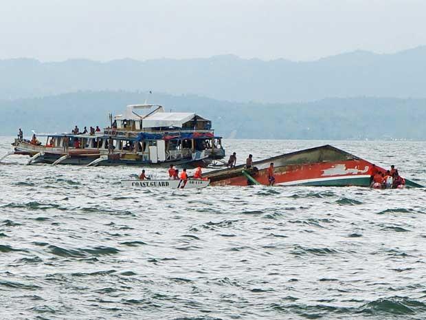 Equipes de resgate procuram por sobreviventes ou corpos após naufrágio nas Filipinas (Foto: Ignatius Martin / Miquicar Photostudio / via AP Photo)