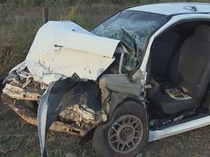 Duas pessoas morreram na colisão frontal  (Foto: Reprodução / TV TEM)